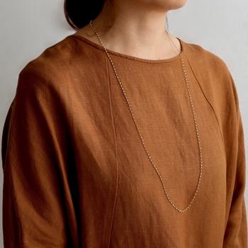 着物の刺繍に使われる絹糸や金銀糸を使用した、シンプルでおしゃれなジュエリーを提案する『AMITO(アミト)』。小粒の淡水パールを絹糸で編みこんだ「スノウネックレス long」は、ハンドメイドならではの繊細なデザインが魅力的です。カジュアルからフェミニンな装いまで、幅広いスタイルに活躍してくれます。