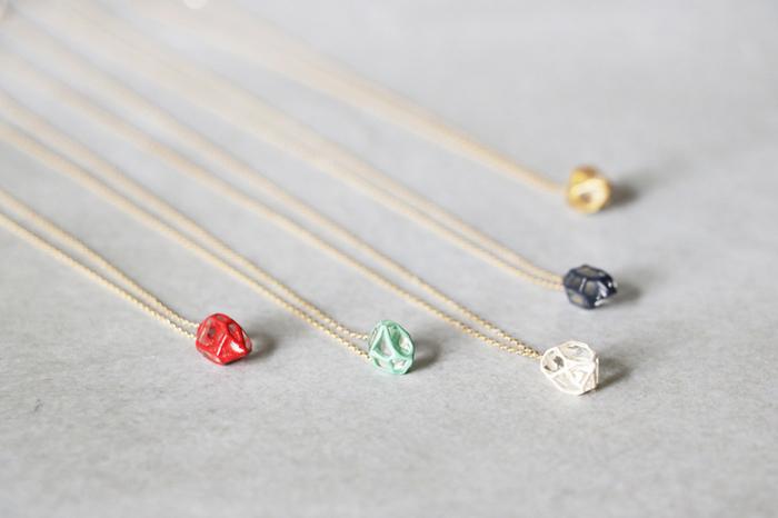 彫金や江戸切子など、日本の伝統技術を活かした美しいジュエリーを提案する『KARAFURU(カラフル)』。こちらはハーキマークォーツの原石に、色漆や金をあしらった「ハーキマーのネックレス」です。伝統的な蒔絵の技法を用いて、一点一点、職人さんの丁寧な手仕事によって生み出されています。ハーキマークォーツの原石はひとつひとつ形が微妙に異なるため、それぞれの作品ごとに様々な表情が楽しめるのも大きな魅力です。