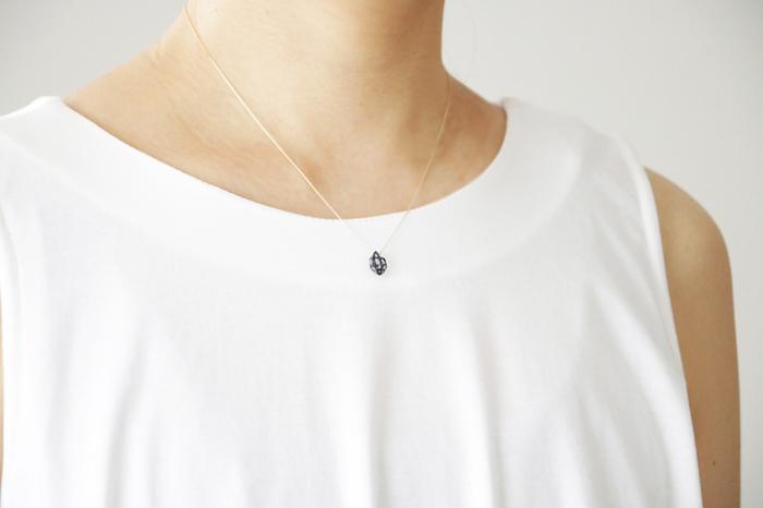 日本の伝統技法とモダンなデザインを融合した「ハーキマーのネックレス」は、大人のデイリースタイルに上品なアクセントをプラスしてくれます。カラーは紺・白緑(エメラルド)・白・浅緋(オレンジ)・金(ゴールド)の5色展開。シーンやコーディネートに合わせて、お気に入りのカラーを選んでみませんか?