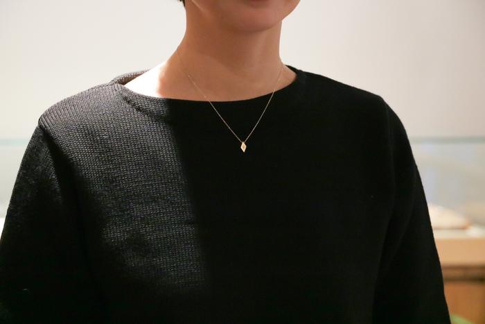 ネックレスはひし形と丸型、2種類のデザインを展開しています。どちらも女性らしい印象を与える華奢なフォルムが特徴です。シンプルなデザインでありながらも確かな存在感を放ち、普段の何気ない装いにエレガントな要素をプラスしてくれます。