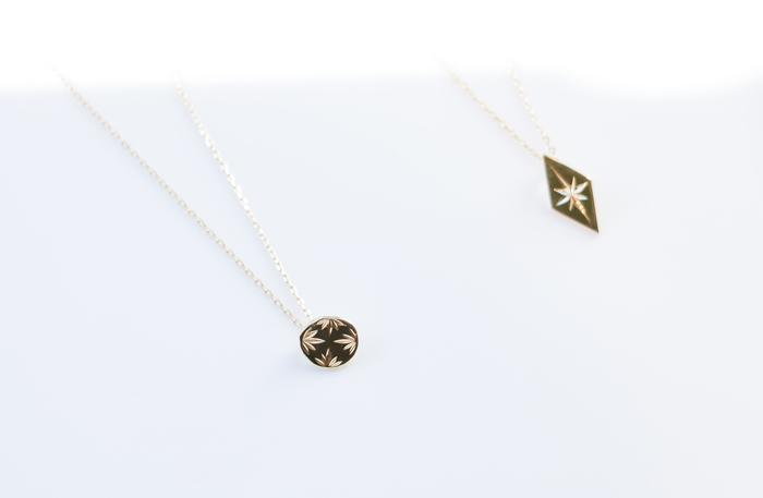 """麻の葉や菊花などの伝統紋様をあしらった「WABORIネックレス」は、日本の彫金技術""""和彫り""""を活かした美しいジュエリーです。金槌でタガネを叩き込みながら、一点一点、丁寧に紋様を彫り進めて製作します。高度な職人技術によって生み出される「WABORIネックレス」は、繊細なデザインと上品な輝きが印象的です。"""