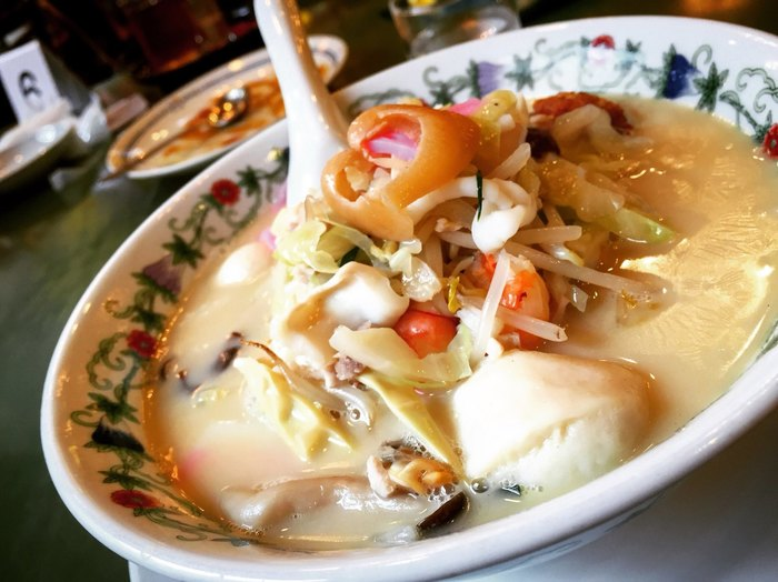 長崎ちゃんぽんの老舗、江山楼。ちゃんぽんの「特上」は、フカヒレやエビなどの海鮮が盛りだくさん!鶏ガラベースのクリーミーなスープで食べごたえ抜群です。