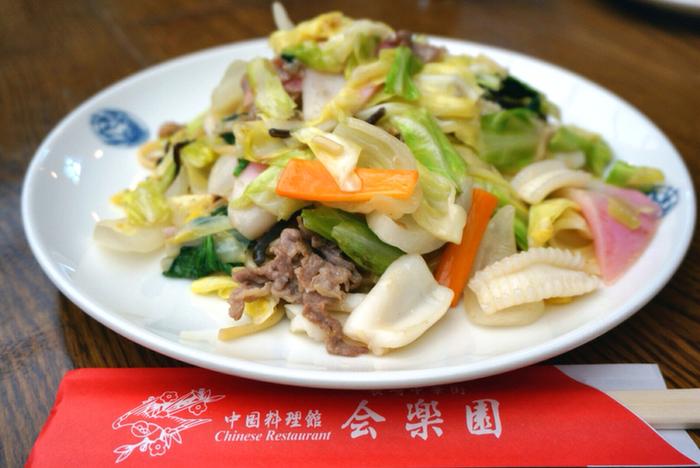昭和2年創業の、福建省出身の先代がはじめた本格中国料理店。皿うどんといえばパリパリの細麺が定番ですが、こちらでは揚げていない麺も選べ、さらに細麺と太麺の2種類から麺の太さも選べます。また魚介ダシが効いた長崎ちゃんぽんも評判です。