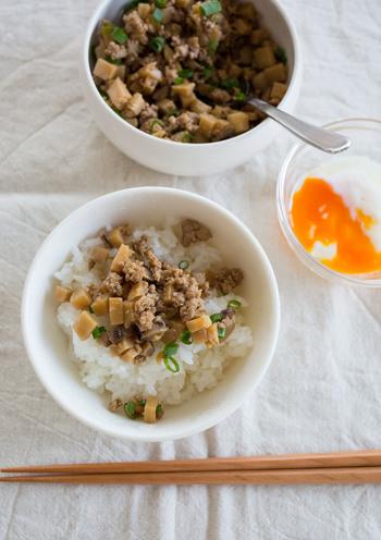 たけのこと豚肉で作った中華風のそぼろです。  花椒の痺れがいいアクセントになっていますが、出来立てよりも冷めて味が染みてからの方がおいしいですよ。いつものご飯のお供にするほか、お弁当に入れるなどして、気軽にどこでも花椒の味わいを楽しみたいですね。
