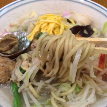 京華園のちゃんぽん麺は、長崎で一番古い製麺所で、自家製の唐灰汁を練り込んで作られた特製麺。もっちもちで独特の風味があり、この麺を目当てに遠方から大勢の人が訪れる人気店です。
