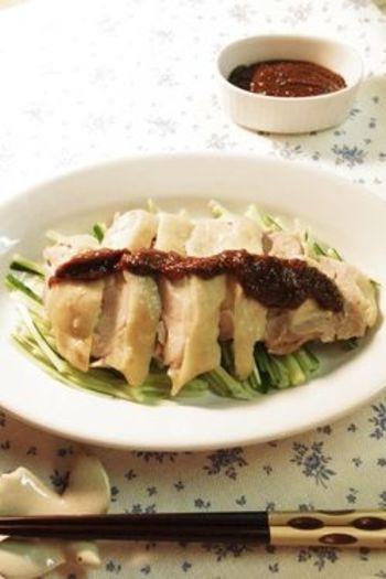 棒棒鶏は、たいてい甘辛い胡麻ソースをかけていただきますよね。こちらのレシピでは、味噌をベースに醤油などで味付けしたタレに花椒をプラスしています。   しびれ味噌として、蒸し鶏以外にも野菜スティックや豚肉にも合うソースになりますよ。常備しておくのもオススメ。