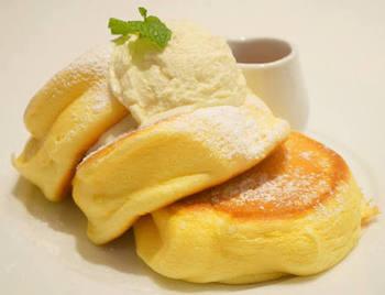 パンケーキは素材にこだわり、契約養鶏所から仕入れる新鮮な卵や北海道の生乳から生まれた発酵バター、ニュージーランド産の最高級マヌカハニーなど、体に優しい材料を使っています。さらにパンケーキは、注文が入ってから生地をこねるのだそう!まずは人気の看板メニュー「幸せのパンケーキ」がおすすめです♪  ただ、新鮮な材料を維持するために、1日に作れる枚数には制限が設けられています。予約をする際は、公式HPからできますのでチェックしてみてくださいね。