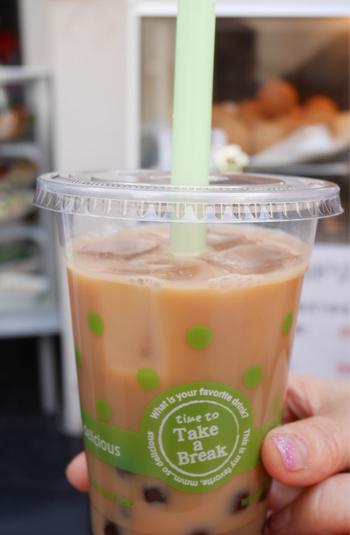 中華街の中では新しく、モダンな空間が目を引くお店「春夏秋冬」。こちらのタピオカドリンクは、ジャスミン、ライチ、マンゴーなど十数種類の豊富なラインナップが揃います。見た目に可愛い桃まんじゅうも人気です。