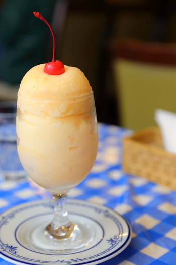 長崎のミルクセーキは、かき氷状になったフローズンデザート。九州最古の喫茶店と言われている「ツル茶ん」の初代が考案したといわれています。中華街からは徒歩10分弱。レトロな空間で昔ながらの味を楽しんでみては?