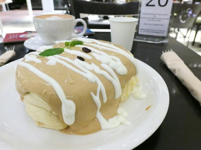 パンケーキは4種類あり、シンプルなプレーンのパンケーキから、抹茶、イチゴなどの味わいがあります。そしてもちろんコーヒー味もありますよ。「オーガニックコーヒーパンケーキ」は、たっぷりかかったなめらかでコクのあるコーヒークリームが特徴。ご褒美パンケーキにぴったりです♪