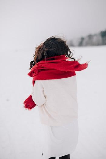 まず一つ目は、「首・手首・足首」の三ヶ所。 どの部分も体の表面近くを血流の多い動脈が通っているので、ここを温めることで全身に温められた血液が届けられます。冷えやすい末端にまでそれは送り届けられ、手の平などを温めるよりも効率的に体を冷えから守ってくれます。