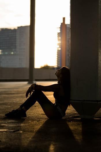 新しい私になるよりも、「本当はこうありたい」という考えを持つ「今の私」を貫くことにもっと重きを置いてみませんか?人間関係で悩んでいるのなら、どこにストレスを感じるのか掘り下げ、対策をとりましょう。