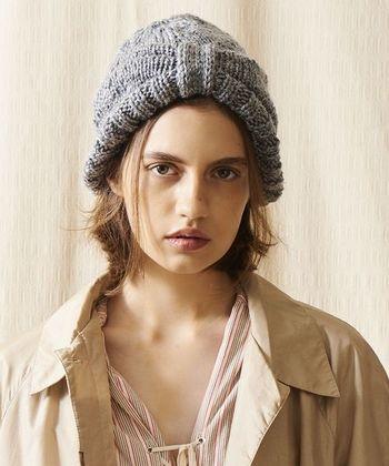 センターにリボンの結び目のようなデザインのある帽子。顔周りが綺麗に見えるだけでなく、合わせやすいグレーなので、淡いピンクやベージュなど、やわらかい色味のお洋服にもぴったり。また、ニットキャップは浅めに、ヘアバンドの感覚で被るとより好バランスに◎