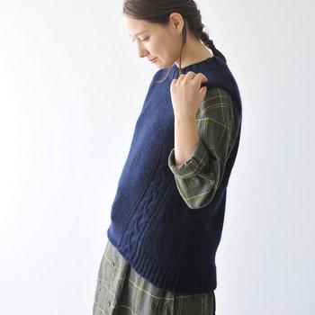 ケーブル編みが可愛らしいニットベストです。ほっこりとしたラインが暖かみがあります。