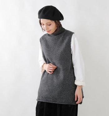 ロング丈×タートルネックで縦長ラインを強調できるベストです。ラムウールで暖かさもあります。さり気なく広がった裾が女性らしいです。