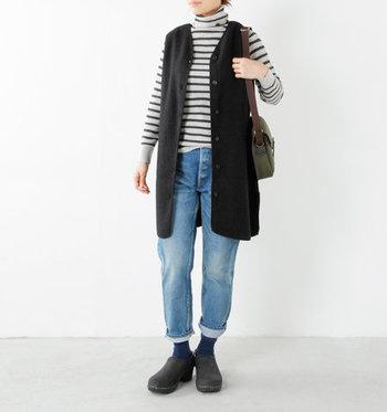 圧縮ウールの独特の質感が可愛らしいベストです。ロング丈だから、前を開けて着てもスッキリして見えます。前後を変えて着られる2ウェイ仕様です。