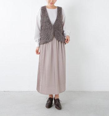 クルクルとしたファーが可愛らしいベスト。深めの襟元や裾の丸いラインなど、上品で女性らしいシルエットを作ってくれます。サテンのリボンもついていて、イメージチェンジも楽しめます。