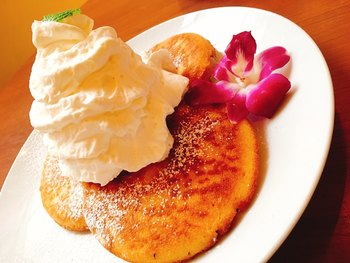 パンケーキでは、豆乳を使ったパンケーキが食べられます。お皿に数枚のっていて食べ応えもバツグン♪パンケーキ全てに、ホイップクリームとシロップが付いてくるのだそう。また、オプションでフルーツなどの追加も可能です。バナナやストロベリーなど数種類ありますよ。季節限定のパンケーキもチェックしてみてくださいね。