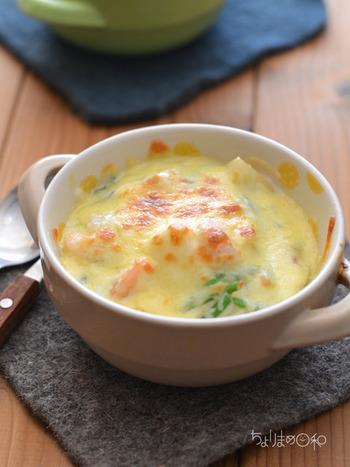 """ホクホクっとしたじゃがいもと、プリプリ海老の組み合わせが絶妙です。スプーンを入れた時のクリーミー感に、心も""""ほっこり""""癒されます。チーズは表面がうっすらと色づく位に焼き上げて、香ばしさをプラス。"""