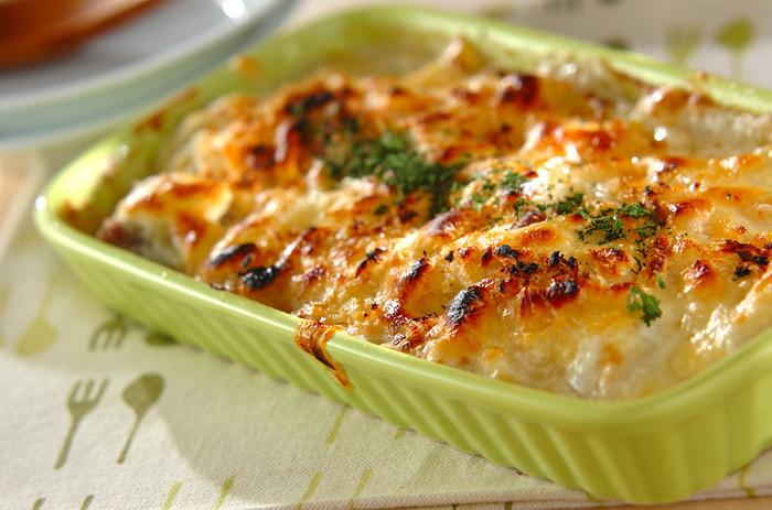 豆乳で仕上げたグラタンは、カロリーが気になる時も嬉しいですね!フライパンで両面を香ばしく焼き上げた鮭と、クリーミーなソースが絶妙です。