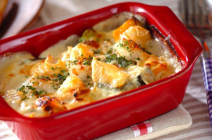 炒めたホタテと野菜にカマンベールチーズをのせた、とろ~りクリーミーなグラタン。 野菜がたっぷり入っていますが、これなら野菜が苦手なお子さまでもペロッと食べてくれそうですね!