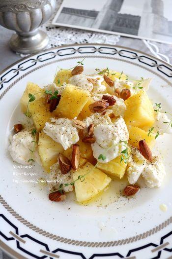 こちらのサラダは調理時間わずか5分!お手軽レシピですが、カリっとしたアーモンドの歯ごたえも楽しめる美味しいレシピ。ホームパーティーやお家でお食事会なんてときにも簡単に作れるのに彩りがとってもキレイでおすすめです。