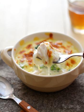 """寒い季節に食べたくなる、熱々&濃厚なグラタンレシピ。 野菜が苦手な人でも、グラタンにすれば意外とペロリと食べられるというのもグラタンの魅力かもしれませんね! ホワイトソースでクリーミーに仕上げたり、具材ととろけるチーズだけで、簡単スピィーディーに仕上げたり… 美味しいグラタンで、心も体も""""ほっこり""""ポカポカ。 楽しい食卓を囲んでみませんか♪"""