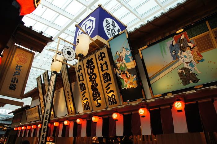"""国際線のターミナル4階にある江戸の町並みを再現した「江戸小路」。""""和""""と""""江戸""""をテーマにした飲食店とお土産ショップが並びます。演芸場を模したお店や、イベントスペースの「江戸舞台」もあり、歩いているだけでまるで江戸にタイムスリップしたような気分に。"""