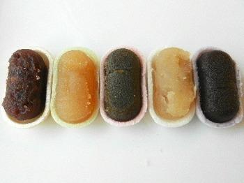 5種類の味は、小倉(北海道十勝産のあん)、胡麻(白あんと黒ゴマ)、白つぶし(豆の食感が残っているつぶしあん)、柚子(自社製の柚子ペーストを使った白あん)、黒糖(沖縄波照間島の黒糖を使用したこしあん)で、どれを食べようかなと迷ってしまいますね。