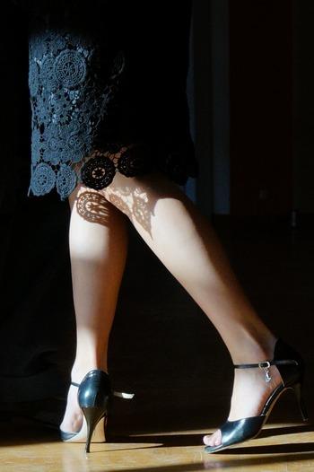ヒールの高い靴を履く機会が多い方は、体重が前にかかってしまうため、どうしても膝を曲げたまま歩く・・・という姿勢になりがちです。