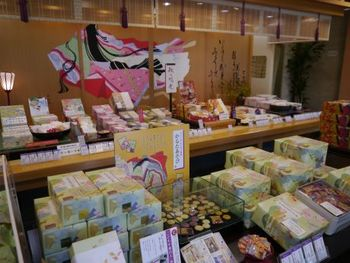 藤原定家が京都の小倉山山荘で選んだ小倉百人一首。その歌集の中に息づく「想いを届ける」精神をコンセプトに小倉山荘の商品は作られています。