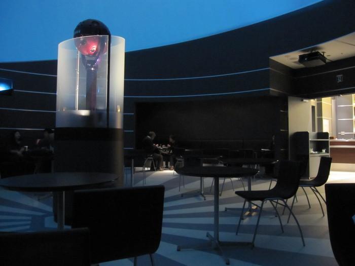 国際線ターミナル5階にある、プラネタリウムとカフェが一体となった「プラネタリウム スターリーカフェ」。店内は、手前に通常のカフェエリア、奥にプラネタリウムエリアがあるつくりになっています。