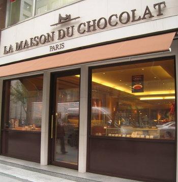 まるで高級ブティックのような佇まいが印象的な「ラ・メゾン・デュ・ショコラ 丸の内店」。こちらは1977年にフランスで生まれたとってもおしゃれでシックなチョコレート専門店なんです。