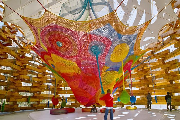 こちらは「ネットの森」という、巨大なハンモックの造形作品で、お子さんがネットのなかに入って楽しめます。この他にも屋外にお子さんが遊べる彫刻や作品がありますよ。また、敷地内にはパブロ・ピカソの彫刻作品をはじめ絵画など300点もの作品を収蔵した「ピカソ館」もあり、楽しみながらアートを学ぶことができます。