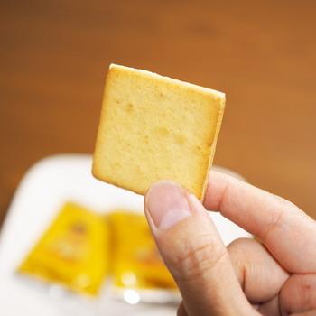 かわいいパッケージで人気のメープルお菓子専門店の「メープルバタークッキー」。メープルシュガーをバター生地に練りこんで焼いたサクサクのバタークッキーは、間にバターチョコがサンドしてあります。思わず食べ過ぎてしまう美味しさです♪
