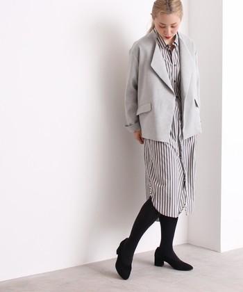 落ち着いた雰囲気を醸し出すちょっぴりトラッドなショールジャケットは、フォーマルな装いにトレンド感をプラス。羽織ればちょうど良い品の良さを感じさせてくれます。
