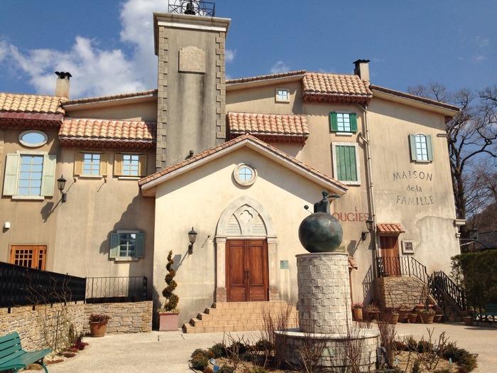 仙石原にある「星の王子さまミュージアム」は、その名のとおり『星の王子さま』の作者サン=テグジュペリの生涯をたどりながら、物語の世界に触れるミュージアムです。サン=テグジュペリの生まれ育ったフランスのような街並みと、ヨーロピアン・ガーデンを楽しめます。