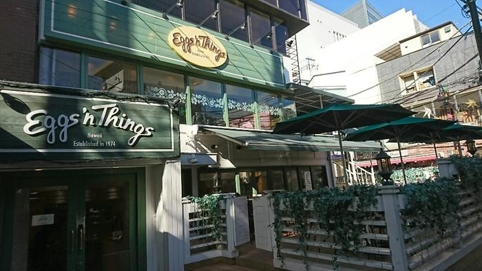 「エッグスンシングス(Eggs'n Things) 原宿店」は、表参道駅のA2出口から徒歩6分のところにあるお店です。1974年にハワイに誕生した歴史の長いカジュアルレストランで、東北から九州まで全国で展開する日本店のひとつ。外観や店内ともに、カジュアルで明るい雰囲気です。