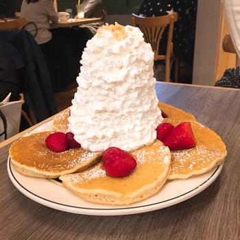 お店のコンセプトは、朝だけでなく昼でも夜でもブレックファーストメニューを楽しめること。パンケーキはハワイでも看板メニューで、いろいろな種類が用意されています。山のようにたっぷり盛り付けられたホイップクリームのパンケーキや、ブルーベリーやバナナなどの具材を入れて焼いたパンケーキなどがありますよ♪