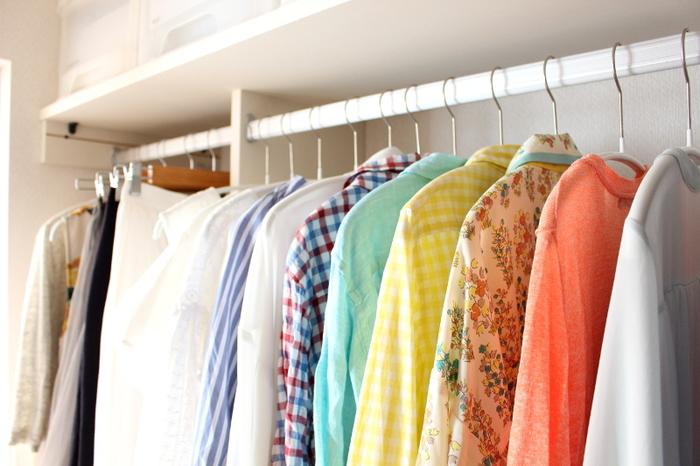 衣類収納を始める前に、ぜひやっておきたいのが「持っている服の分量を把握する」こと。  「クローゼットや収納ケースから洋服が溢れてきたから、もうひとつ収納家具が欲しい…」と思っても、ちょっとストップ。まずは、家じゅうの服を集めたうえで、本当に必要な服だけにしぼりこみましょう。