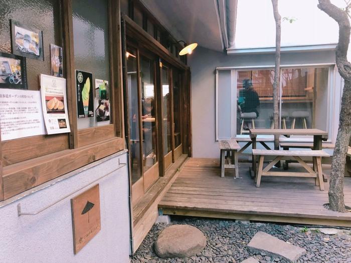 「Riz Labo Kitchen(リズラボキッチン)裏参道ガーデン」は、表参道駅から徒歩7分のところにある「裏参道ガーデン」の1階にあるお店です。和の装いのナチュラルな外観で、店内も落ち着いた雰囲気。米粉で作るグルテンフリーのパンケーキとシフォンケーキが食べられるカフェです。