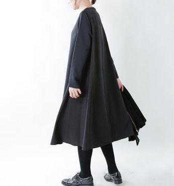 豊かなドレープが広がるAラインのブラックドレスは、シンプルな中にも確かな上品さが感じられるフォーマルスタイルに。合わせるアクセサリーや小物次第でさまざまな表情を楽しむことができます。