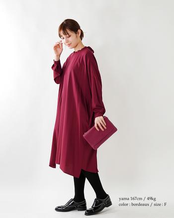 ふんわりとした柔らかなラインが女性らしさを高めてくれるドレスは、ボルドーカラーで冬らしく。首の後ろ側にあしらわれたリボンが、かわいらしいアクセントになってくれます。