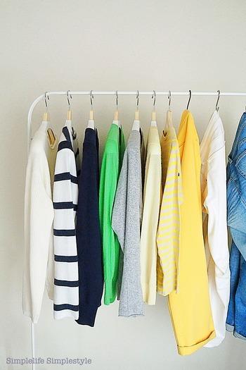お気に入りだけがピックアップできたら、次はいよいよ収納です。でも、ここで収納家具にしまいこんでしまっては、これまで通り。  見えなくなることで、その時だけはすっきりします。しかし、出し入れするのが面倒になったり、見えないことで似たような服をまた買ってしまったりと、もとの衣類収納に戻ってしまうかも。