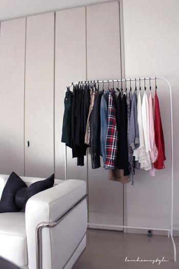 全て見せる収納にするのに抵抗がある人は、クローゼットとハンガーラックの2か所に収納する方法も。  普段あまり使わない服や季節物の服はクローゼットへ、シーズンごとにワードローブはハンガーラックへ移動させておくと、ぐっと選びやすくなります。