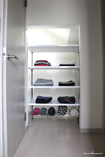 柱間を活用してオープン棚を設置したアイデア。子ども服を収納しています。  ショップ陳列のように、余裕のある空間づかいで子ども自身が選びやすく戻しやすい収納に。