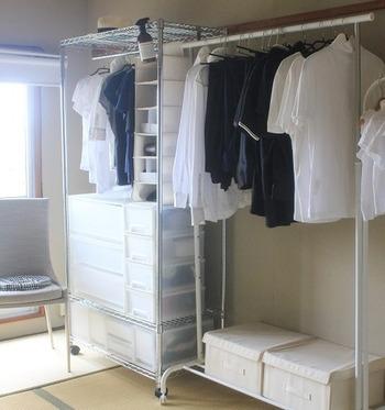 家族の服はファミリークローゼットへ。  家族みんなの服を一箇所に集めて収納するのがファミリークローゼット。ウォークインクローゼットがなくても、こちらのお宅のように部屋の一角にハンガーラックを設置してつくることができます。