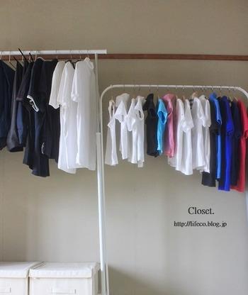 こちらのお宅では、人別に服を分けてから、色別に分類しています。横一列にならんだ洋服は、統一感がありすっきりとした印象。  洗濯後も一箇所に収納できるため、整理や衣替えもスムーズですね。