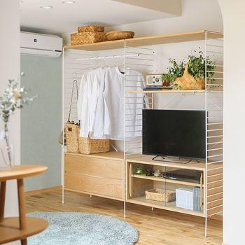 限られた空間での衣類収納は、雑貨などもテイストを合わせれば素敵なディスプレイに。  扉などで隠さず、開放的な収納にすることでコンパクトな空間でも広々とした印象を与えます。