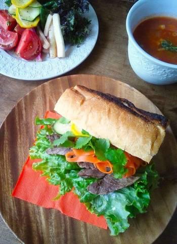 ベトナムハムなどの食材を手に入れるのはちょっと難しいかもしれませんが、味の決め手となるパクチー&ナンプラーを使えば、家でも簡単にベトナムテイストのサンドイッチを味わえます。お野菜をたっぷり挟んで、シャキシャキした食感にするのがポイント。